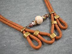 Gargantilla de bucles de cordón de serpiente con bolas de cerámica y zamak