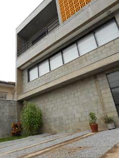 fachada com bloco e concreto aparente: Casas rústicas por Metamorfose Arquitetura e Urbanismo
