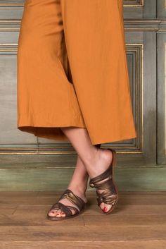 Retrouvez notre sandale mule Vegas en daim bronze et cuir Anaki Paris de notre nouvelle collection. Parfait pour ajouter une touche de féminité et de mode à ...