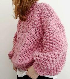Chunky-knit pink sweater -TS /// Colours featured: Pink Lemonade, Rust & Midnight Blue. Pull Crochet, Knit Crochet, Easy Crochet, Cardigans Crochet, Crochet Capas, Vogue Knitting, Sweater Knitting Patterns, Knit Fashion, Sweater Fashion