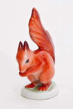 Esquilo de porcelana da marca hungara Hallohaza. Pintado a mão!