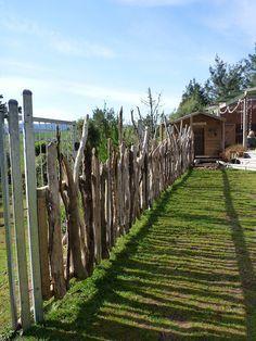 Beautiful natural outdoor environment fence. Hier kommt Treibholz zum Einsatz. Schöner Zaun, nicht so spießig und trotzdem zweckmäßig. #Treibholzzaun