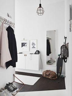 Tiny and Cozy Scandinavian Apartment (design attractor) - Flur Design Scandinavian, Scandinavian Apartment, Hallway Inspiration, Interior Inspiration, Hallway Ideas, Entryway Ideas, Decoration Hall, Entryway Organization, Organized Entryway