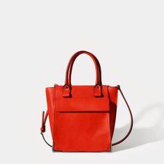 Avec l'arrivée du printemps, choisissez un sac qui ajoutera du punch à vos tenues. Pour les plus audacieuses, recherchez les couleurs vives, les mélanges de textures ou de jolis imprimés. Vous êtes de style davantage classique? Les lignes pures, les cuirs perforés, les détails raffinés sont pour