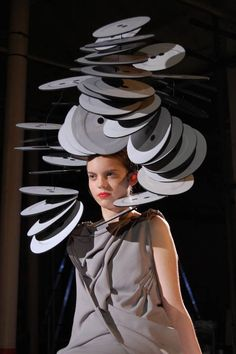 Cosmic Couture ☽ Celestial Costumes ☽ gigantic fascinator headdress  sculptural hat Móda Inspirovaná Sochařstvím 4a8469bd69