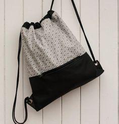 Mochila de vinilo. Mochila viaje. Mochila de tela. Mochila con asas de cordón… Diy Backpack, Diy Bags Purses, Backpack Pattern, Back Bag, String Bag, Fabric Bags, Kids Bags, Cute Bags, Handmade Bags