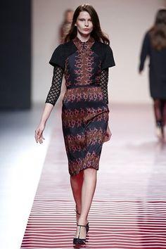 Ailanto - MBFWM AW-OI 2013/2014 http://conlaede.wordpress.com/2013/02/24/mercedes-benz-fashion-week-madrid-otono-invierno-20132014-desfiles-dia-2/ => Colección inspirada en la obra de la pintora ucraniana Sonia Delanuay. Materiales utilizados: Georgette, sahntung, chiffon de seda, crepe, paño y cheviots de lana. Creo que los colores utilizados son muy acertados para sacar una sonrisa al crudo invierno (corales, verdes, amarillos, mostazas, azules…)