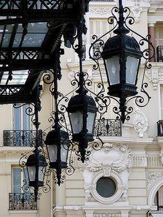 The old lanterns in Paris are really beautiful!-Les vieilles lanternes à Paris elles sont vraiment belles ! 🙂 Les vieilles l… The old lanterns in Paris are really beautiful! 🙂 The old lanterns in Paris are really beautiful! Beautiful Paris, I Love Paris, Street Lamp, Paris Street, Tee Kunst, Monte Carlo Casino, Paris Ville, Rustic Lighting, City Lights