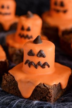 Melted Jack O' Lantern Brownies for Halloween! Halloween Brownies, Halloween Desserts, Postres Halloween, Hallowen Food, Halloween Goodies, Halloween Food For Party, Holiday Desserts, Holiday Baking, Holiday Treats