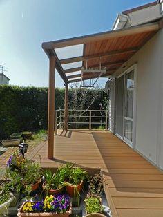 リフォームの専門家監修!ウッドデッキに屋根を取り付けたい人必見!リフォーム費用の相場を調べました。既存のウッドデッキに屋根を設置・後付け工事するのにかかる平均価格帯を解説していきます。 Patio Deck Designs, Patio Design, House Design, Garden Gazebo, Backyard Garden Design, Patio Shade, Outdoor Living, Outdoor Decor, Back Patio