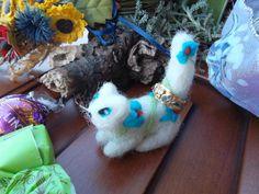 gattino bianco di lana infeltrita  lana cardata amigurumi mini puntaspilli portaanelli decorazione casa delle bambole piccolo regalo ooak by MondoTSK on Etsy