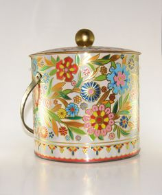 We had this Biscuit Tin Vintage Stil, Vintage Antiques, Vintage Items, Orange Cookies, Vintage Canisters, Tin Art, Tin Containers, Tea Tins, Canister Sets