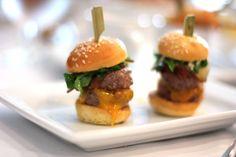 Mini hamburguesa de cordero, vinagreta de mostaza y miel con rúcula y bacon