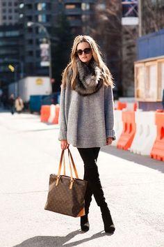 Black skinny, grey sweater and fur scarf.