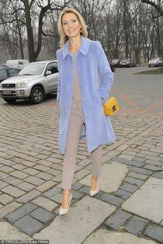 Joanna Moro w płaszczu Vito Vergelis #joannamoro #bluecoat #babyblue #coat #actress #fashion #yellowbag #style #ootd #vitovergelis
