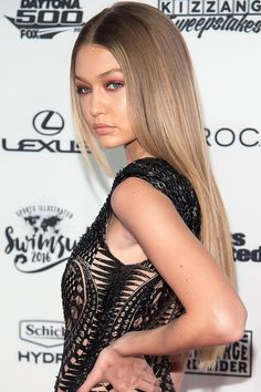 Gigi Hadid may be a California Girl by nature, but her hairstyles go far beyond just beachy waves and beachier waves. Brown Blonde Hair, Dark Hair, Gigi Hadid Hair Blonde, Gigi Hadid Hair Brown, Gigi Hadid Outfits, Balayage Hair, Brown Balayage, Hair Looks, Hair Trends