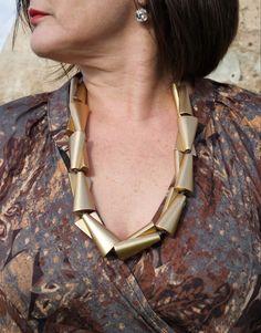 Elegante e dal design esclusivo la collana Portorico nella nuova versione dorata ci ha fatto impazzire! Arrow Necklace, Metal, Jewelry, Design, Fashion, Elegant, Moda, Jewlery, Jewerly
