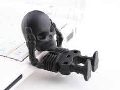 Skeleton USB Flash Drive :: Holds His Own Head