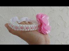 Arco com meia perólas e strass Flower Hair Bows, Hand Embroidery Videos, Crochet Patterns For Beginners, Felt Flowers, Hair Clips, Headbands, Stud Earrings, Beads, Handmade