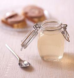 20 cl de champagne 5 cl d'eau 50 g de sucre 1 g d'agar-agar Gelée de champagne. Versez le champagne et l'eau dans une casserole. Ajoutez le sucre et l'agar-agar, mélangez bien. Faites chauffer le mélange sur feu vif pour le porter à ébullition. Laissez cuire 30 secondes sur feu moyen, à frémissement.Versez dans les pots et laissez prendre. La gelée de champagne va durcir en refroidissant.