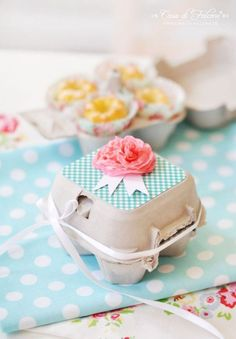 Mini bundt cakes in a egg box I DIY tissue paper flower **could also use for red Easter egg gifts** Cupcake Boxes, Diy Cupcake, Diy Ostern, Hoppy Easter, Easter Eggs, Easter Party, Easter Gift, Easter Table, Easter Decor