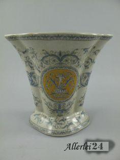 Hochwertige Porzellan Blumenvase, mit aufwändigen Detailarbeiten gearbeitet.