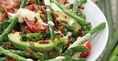 Perlerug og ristet rugbrød giver det sprøde bid i bønnesalaten. Dijonnaise giver et spark til smagen.