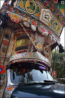 Camión de Pakistan Truck Art Pakistan, Pakistan Art, Karakorum Highway, Decorative Items, Fair Grounds, Trucks, Indian, Color, Cartoon