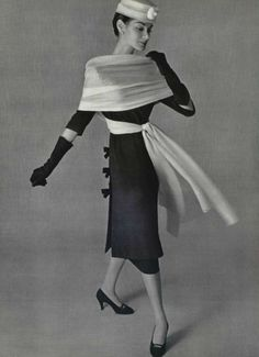 Jacky Mazel in Cristóbal Balenciaga for L'Officiel, 1956 Moda Vintage, Vintage Stil, Vintage Mode, Vintage Glamour, Vintage Beauty, Vintage Industrial, Balenciaga Vintage, Balenciaga Dress, Fifties Fashion