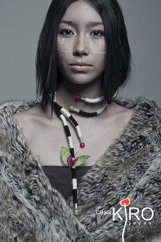 colección ONA VIVA. Collar ajustable, parcialmente flexible. Lana de alpaca, terminales de plata, esferas y mariposa de crin