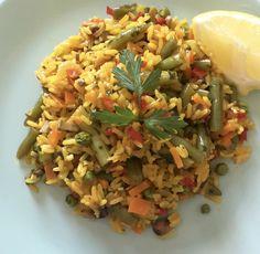 Paella de Verduras:  Cebolla, Pimiento rojo, Apio, Champiñones, Judias verdes, Guisantes, ajo y perejil. El limón le da un toque espectacular.