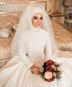 Rojê Pinterest:@RojeFAbdollah Muslim Wedding Gown, Disney Wedding Dresses, Pakistani Wedding Dresses, Bridal Dresses, Wedding Gowns, Wedding Hijab, Wedding Cakes, Kebaya Wedding, Bridal Hijab