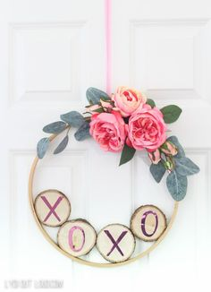 Valentine's Day Hoop Wreath DIY #diyhoopwreath #valentinesdaydecor #valentinesdaywreath