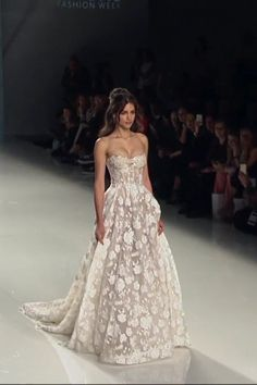 corset vestido Gorgeous Embroidered Ivory Strapless Sweetheart A-Lane Wedding Dress / Bridal Gown with a Corset and a Train. Collection Victorian Affinity by Galia Lahav Strapless Lace Wedding Dress, Sweetheart Wedding Dress, Boho Wedding Dress, Dream Wedding Dresses, Embroidered Wedding Dresses, Marchesa Wedding Dress, Wedding Corset, Bling Wedding, Strapless Gown