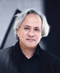 Anish Kapoor é um artista plástico indiano-britânico. Venceu o Prêmio Turner.  Nascimento: 12 de março de 1954 (61 anos), Bombaim, Índia