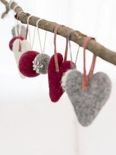 Felt hearts from yarn Novita Joki - Novita knits Norway Christmas, Cottage Christmas, Woodland Christmas, Christmas Craft Fair, Felt Christmas, Christmas Decorations, Christmas Hearts, Felt Hearts, Craft Fairs