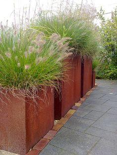 Tuinen van Appeltern, cortenstalen bakken met grassen  by Manon van den Boer