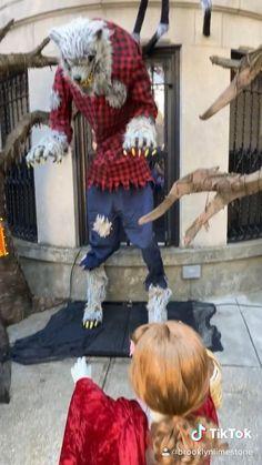 Scary stoop - Halloween in Brookyn - Halloween Outdoor Decor Diy Halloween Costumes For Kids, Halloween Signs, Outdoor Halloween, Halloween Activities, Diy Halloween Decorations, Diy Costumes, Red Riding Hood, Scary, Garden