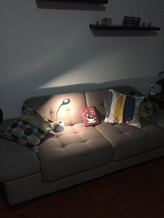 Juan Pablo Mojica. La verdad es ubicuo. Con mayor frecuencia la calle, el transporte público, las salas de espera y los bancos. Pero en casa es el computador y recientemente la sala de estar (en especial para las lecturas compartidas). No obstante, por mi formación, mi espacio de lectura está entre los ojos y las palmas de las manos. Lo que sea que haya alrededor poco importa. Home Decor, Shared Reading, Early Childhood, Public Transport, Palmas, Living Room, Banks, Street, Eyes