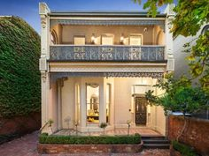 5 Kensington Road, South Yarra Evan & Therese McGovern Residence Bluestone gravel instead in the driveway.