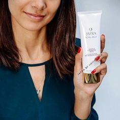 Membersihkan wajah hingga terlihat lebih bercahaya. Cocok untuk semua jenis kulit, diperkaya vitamin C serta royal jelly �� . More info: @iistichoma_jafra WA: 087771168100 Line: iistichoma #jafraindonesia #RoyalJellyRitual #makeup #instamakeup #cosmetic #cosmetics #TFLers #fashion #eyeshadow #lipstick #gloss #mascara #palettes #eyeliner #lip #lips #tar #concealer #powder #eyes #eyebrows #lashes #lash #glue #glitter #crease #primers #base #beauty #beautiful…