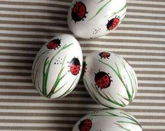 Conjunto de 4 blanco mano decorado pintado huevos de Pascua con Mariquita, huevo de gallina Slavic LadybirdsTraditional, Pysanka
