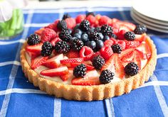 Summer Fruit Tart Recipe - Bring summertime flavor anywhere with this easy mixed berry tart with almond milk vanilla custard. Köstliche Desserts, Delicious Desserts, Dessert Recipes, Diabetic Desserts, Custard Tart, Vanilla Custard, Low Calorie Fruits, Sugar Free Fruits, Panna Cotta