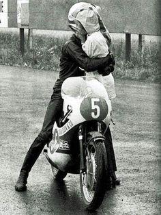 Jarno Saarinen abbraccia la sua Soili a Brno, nel 1971, dopo aver ottenuto la prima vittoria della sua carriera, su una Yamaha TR2 350. #CzechGp