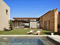 casa de campo con piscina de cemento pulido