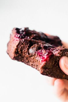 Fudgy Raspberry Brownies Fruity and EXTRA fudgy berry-studded brownies. These easy raspberry blender brownies taste like chocolate heaven! Healthy Chocolate, Chocolate Desserts, Chocolate Fudge, Chocolate Chips, Chocolate Raspberry Brownies, Banana Brownies, Raspberry Desserts, Chocolate Tarts, Chocolate Lovers