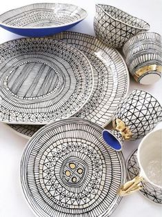 pottery painting ideas Ceramicist Suzanne Sullivan produces pottery with intricate surface decoration that creates an awesome illusionthey look like flattened drawings! Ceramic Clay, Ceramic Plates, Ceramic Pottery, Slab Pottery, Pottery Painting, Ceramic Painting, Suzanne Sullivan Ceramics, Cerámica Ideas, Cool Illusions