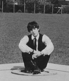 1964 - Paul McCartney in A Hard Day's Night film (backstage photo). Paul Mccartney, Bug Boy, Les Beatles, Beatles Funny, Beatles Photos, Sir Paul, The Fab Four, Music People, Ringo Starr