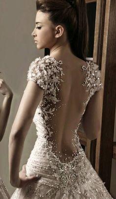 Für den ultraglamourösen Auftritt: ein funkelndes Brautkleid mit tiefem Rückenausschnitt.