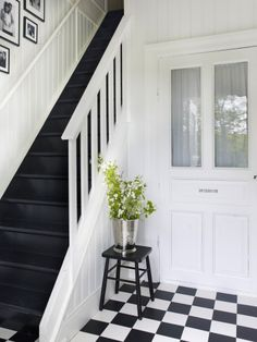 It's the ultimate simplicity of this hallway by Anna Truelsen that makes it work so well - black and white photos against the white wall, checkerboard floor and black painted treads. Photo by Jonas Lundberg for Boligpluss magazine Southwestern Home, Southwestern Decorating, Tuscan Decorating, Black Painted Stairs, Black And White Hallway, Black White, Black Staircase, Checkerboard Floor, Hawaiian Decor